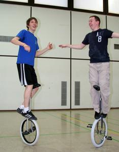 Einrad Freestyle Stand walk Sebastian Niedner und Ryan Woessner